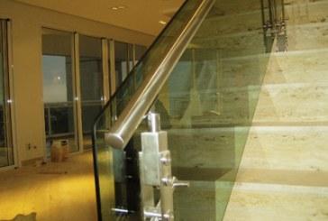 Soluções para corrimões e guarda-corpos de vidro