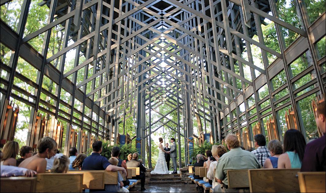 Capela envidraçada vira atração para turistas e casais